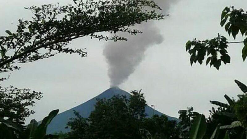 巴新火山清晨爆發 紅色熔岩直衝天際 居民再撤離
