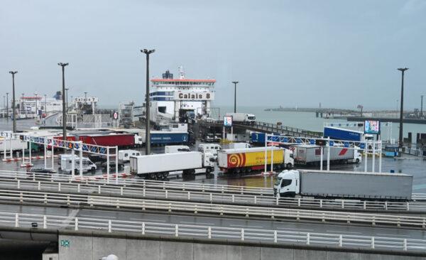 冷藏柜仅7度 法国加莱港口货车藏8人