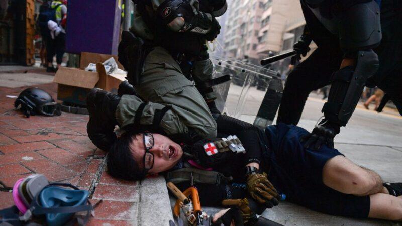 国殇日港警实弹镇压 104伤2危殆 最小11岁