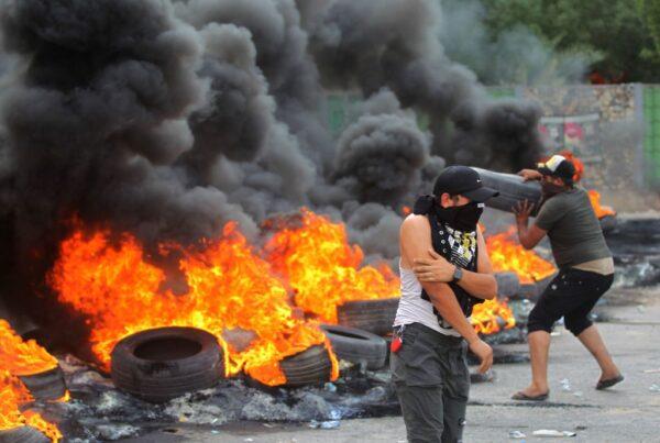 示威抗议蔓延酿死伤 伊拉克总理宣布宵禁