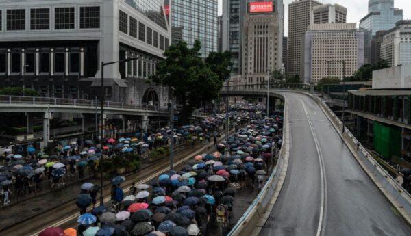 禁蒙面法第二天 数万香港人无惧镇压上街抗议