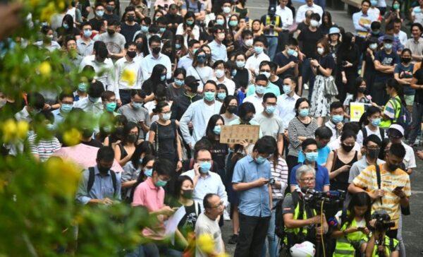 中環白領戴口罩遊行籲解散警隊 港警恐嚇無效退走
