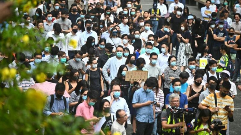 中环白领戴口罩游行吁解散警队 港警恐吓无效退走