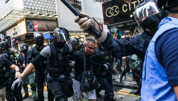 香港週日抗爭遍地開花 有港警頸部被刺傷
