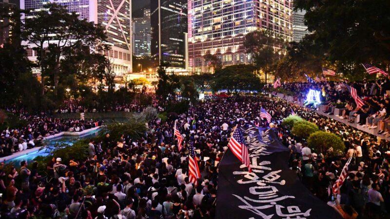 禁蒙面後首次集會 13萬人塞爆中環挺香港人權法