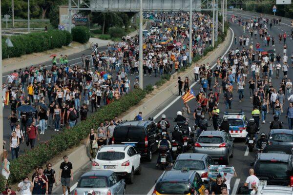 巴塞罗纳爆警民冲突 机场110个航班取消