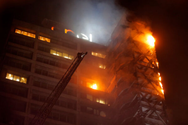 智利示威破壞縱火 首都關閉整個地鐵系統