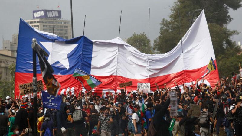 智利示威激化6天酿15死 总统道歉推改革措施