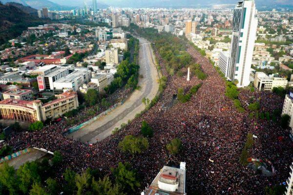 要求经济改革 智利近百万人上街头