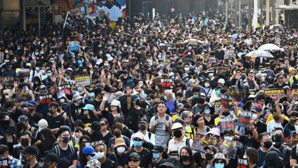 【直播回放】10.27 香港旺角 警方出动锐武装甲车 水炮车