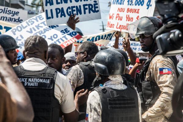 海地警察与反政府人士 同场示威抗议爆冲突