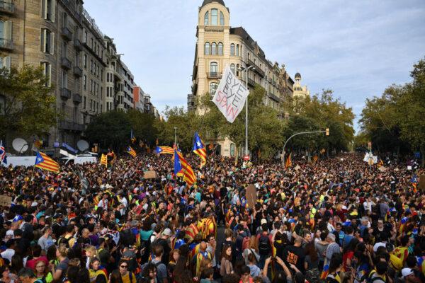 加泰罗尼亚响应大罢工 逾50万群众上街