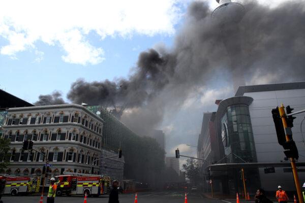 奥克兰天空之城突发大火 浓烟滚滚至少1伤1失踪