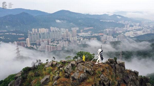 香港民主女神像 登上狮子山巅