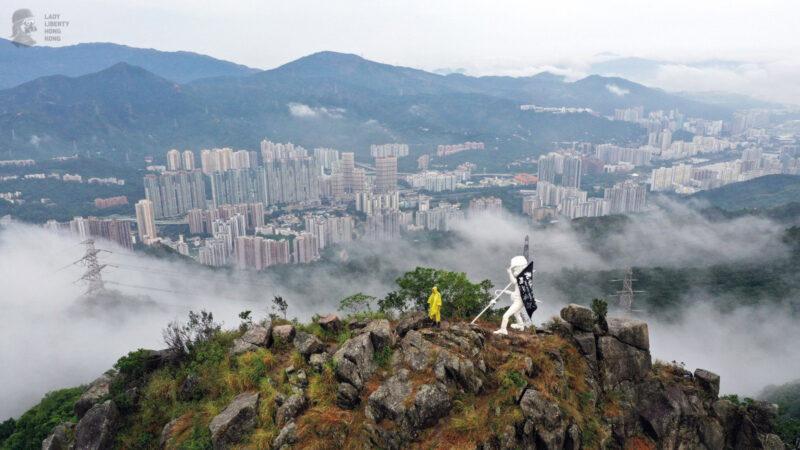 香港民主女神像 登上獅子山巔