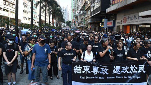 组图:国殇日香港大游行 港警疯狂镇压