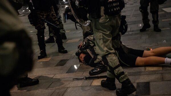 香港烽火夜 港記者後腦中彈 押往警署又圍毆9處傷