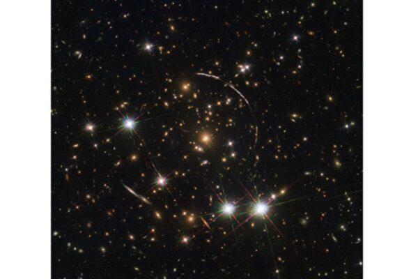 """引力透镜效应拍到""""宇宙万花筒"""""""