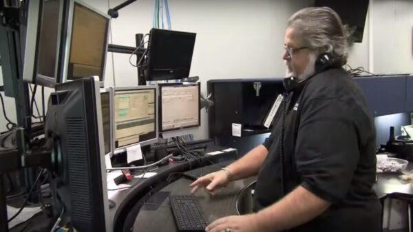女子打911订大披萨 调度员秒懂求救讯号(视频)