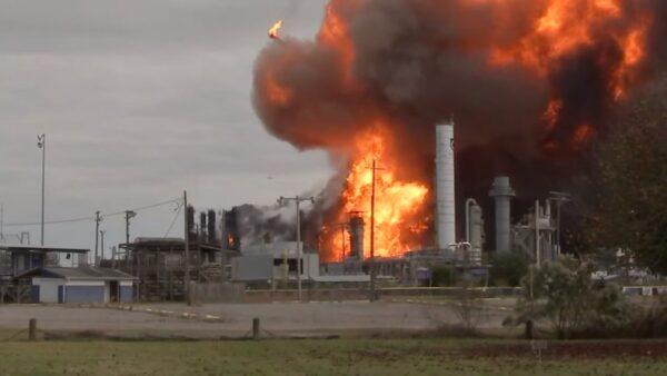 德州东部化工厂爆炸酿3伤 火球冲天难扑灭(视频)