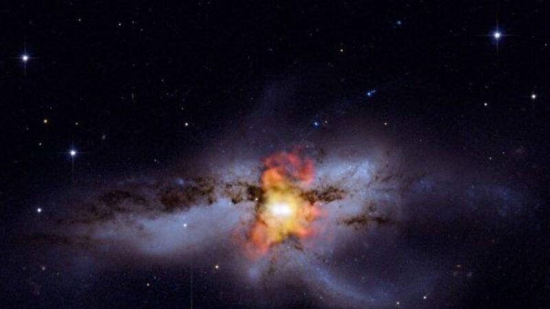 科學家首次發現:三個超級黑洞同在一星系