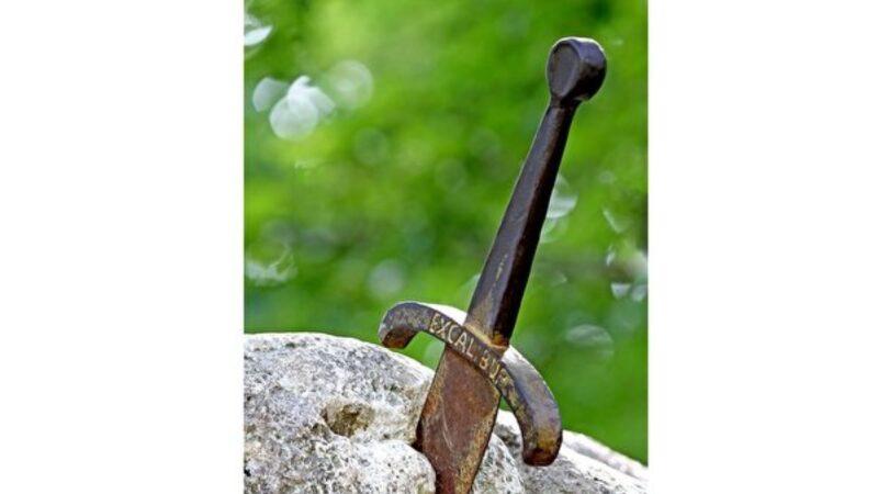 """波斯尼亚石头中拔出700岁""""王者之剑"""""""