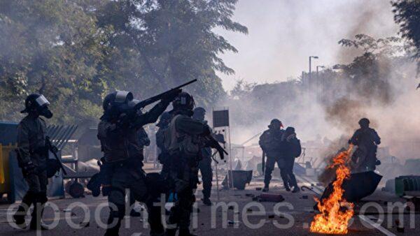 组图:港警强攻中文大学 学生死守校门激烈对峙