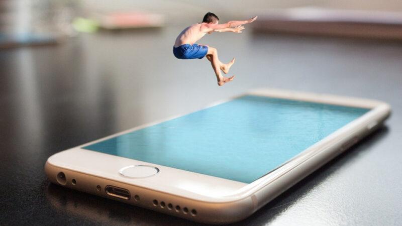 他發明了iPhone 但不用社群媒體(視頻)