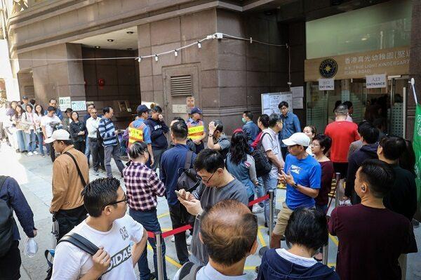 香港议会选举登场 前2小时人龙较上届增近3倍(视频)