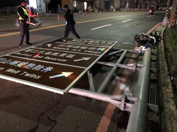 新竹900公斤路牌突然倒塌 砸中騎士不治身亡