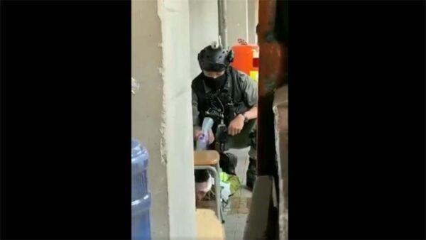 实拍港警公开场合动私刑:多次冷水浇伤口(视频)