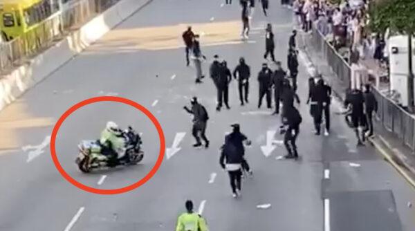 視頻為證:港警騎機車瘋狂衝撞示威人群
