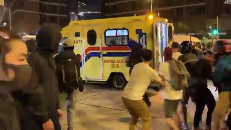 港警惊恐连开3枪 抗争者抢走20岁受伤女孩