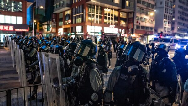 香港秘密上演天安门屠杀?外媒揭港警身高突变