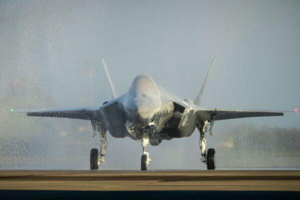 """荷兰迎首架F35A战机 洒水礼变""""泡泡浴""""恐受损"""