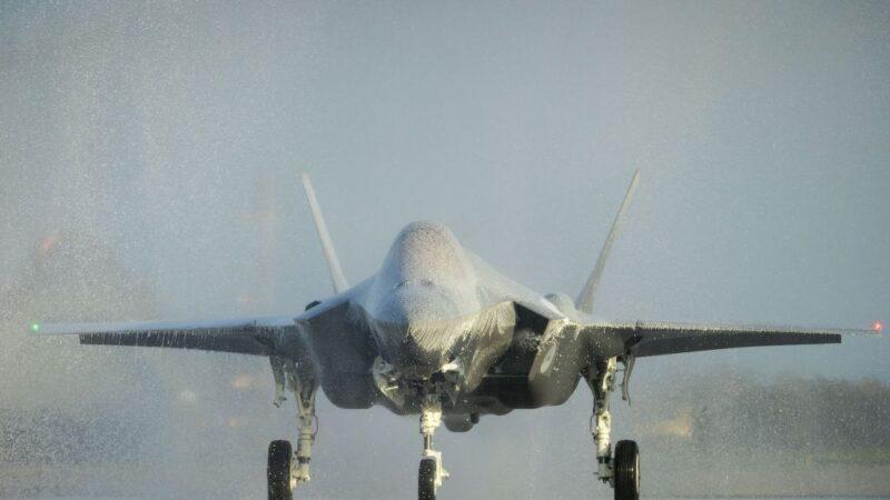 荷蘭迎首架F35A戰機 灑水禮變「泡泡浴」恐受損