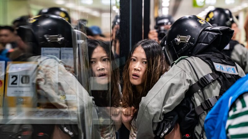 香港5示威者被当庭释放 百余港警堵庭外再抓