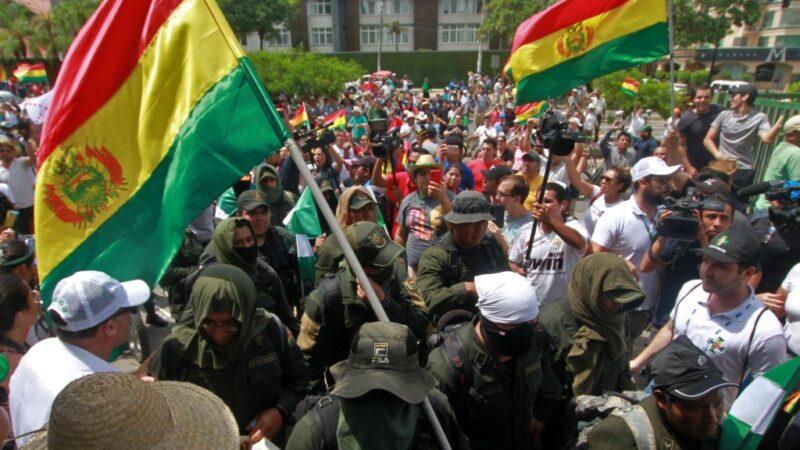 大选舞弊争议 玻利维亚精英警队加入示威群众