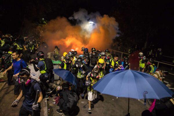 港警进攻中大4度违反停战协议 校长受骗中催泪弹