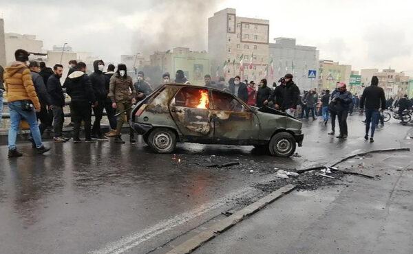 漲油價引示威 伊朗斷網實彈鎮壓至少106死