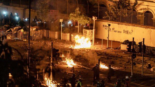香港抗争者弃守中大 理大校园再起烽烟