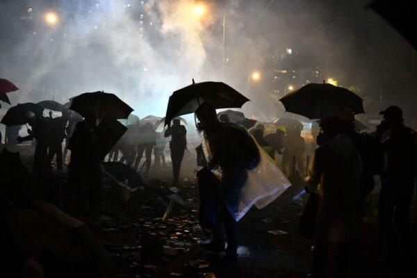 香港理大爆最激烈保卫战 警方威胁将以实弹进攻
