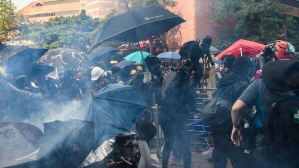 【直播回放】11.18旺角港人抗争 抵挡催泪弹攻击