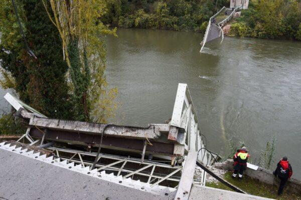 法国跨河吊桥突崩塌 3车坠河酿2死5伤(视频)