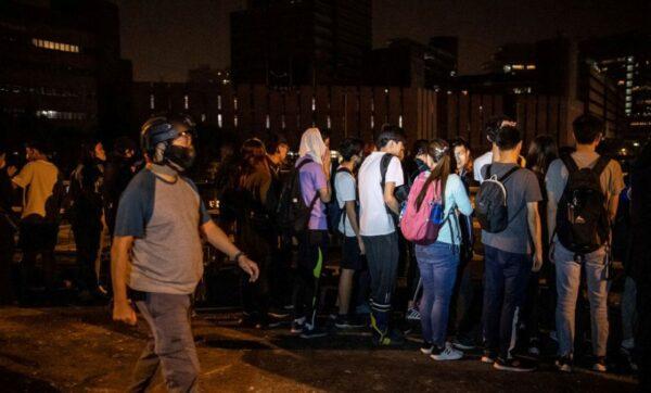 理大最新:数十校长陪部分中学生离开 港府称要全抓