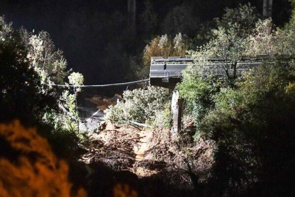 意法豪雨肆虐酿洪灾 山崩土石冲毁高架桥