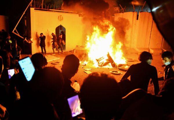 示威升温 伊拉克示威者火烧伊朗领事馆