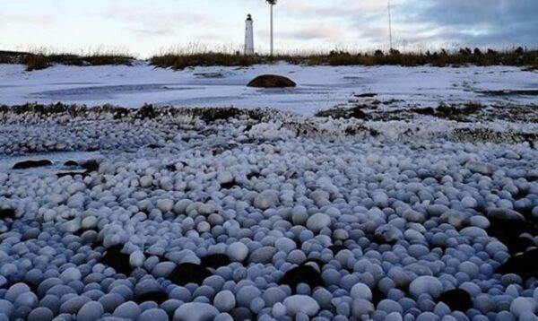 芬蘭小島現驚人奇景 數千萬「冰蛋」佔領海灘