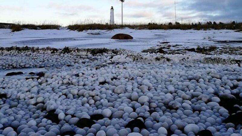 """芬兰小岛现惊人奇景 数千万""""冰蛋""""占领海滩"""