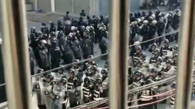 香港抗暴延烧广东 民众冒催泪弹掀翻警车(视频)